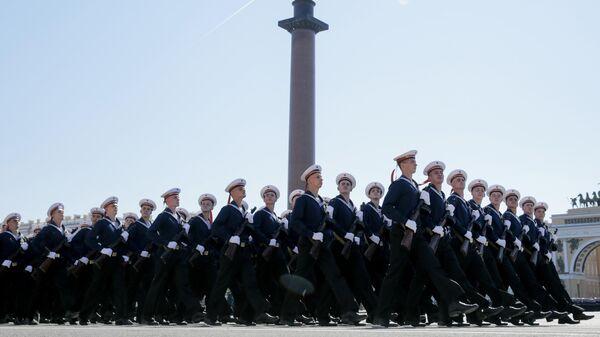 Военнослужащие парадных расчетов на военном параде в ознаменование 75-летия Победы в Великой Отечественной войне 1941-1945 годов на Дворцовой площади в Санкт-Петербурге