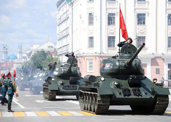 Танки Т-44 на военном параде в ознаменование 75-летия Победы в Великой Отечественной войне 1941-1945 годов на площади Свободы в Казани