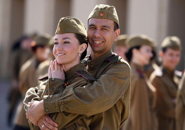 Артисты перед парадом в ознаменование 75-летия Победы в Великой Отечественной войне 1941-1945 годов на площади Свободы в Казани