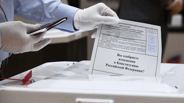 Мужчина голосует по одобрению внесения поправок в Конституцию РФ на избирательном участке No 145 в Москве