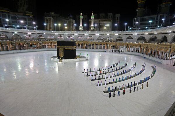 Верующие в мечети Масджид аль-Харам в Мекке, Саудовская Аравия