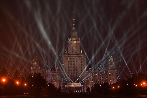 Главное здание Московского государственного университета имени М. В. Ломоносова во время акции Лучи Победы в Москве