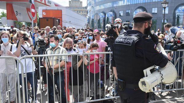 Люди перед зданием Мещанского суда в Москве, где будет оглашен приговор по делу Седьмой студии