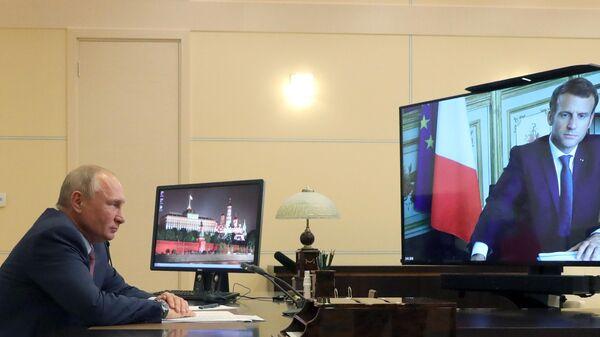 Президент РФ Владимир Путин во время встречи в режиме видеоконференции с президентом Франции Эммануэлем Макроном