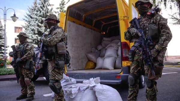 Полиция с изъятыми у контрабандистов мешками янтаря перед зданием Министерства внутренних дел в Киеве