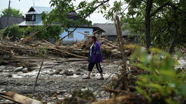 Женщина в пострадавшем от наводнения поселке Ланчин в Ивано-Франковской области