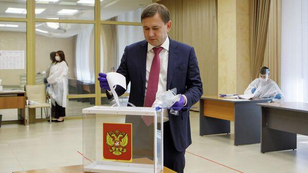 Председатель Воронежской областной думы Владимир Нетёсов голосует по поправкам в Конституцию РФ