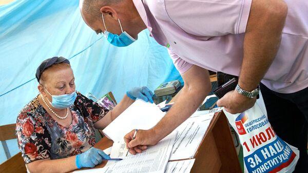 Мужчина на избирательном участке в Севастополе, где проходит голосование по вопросу принятия поправок в Конституцию РФ