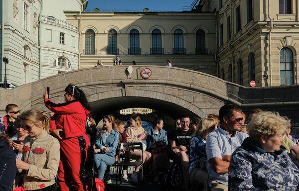 Туристы на прогулочном катере в Санкт-Петербурге