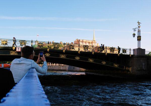 Туристы на прогулочном катере на реке Фонтанке в Санкт-Петербурге