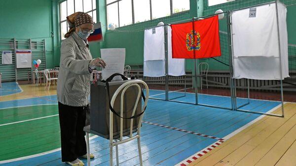 Голосование на избирательном участке в школе