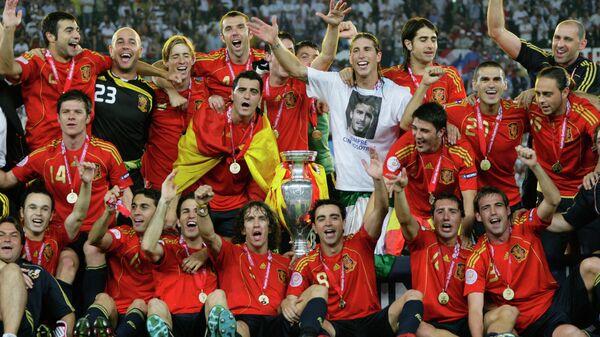 Футболисты сборной Испании после победы в финале ЕВРО-2008