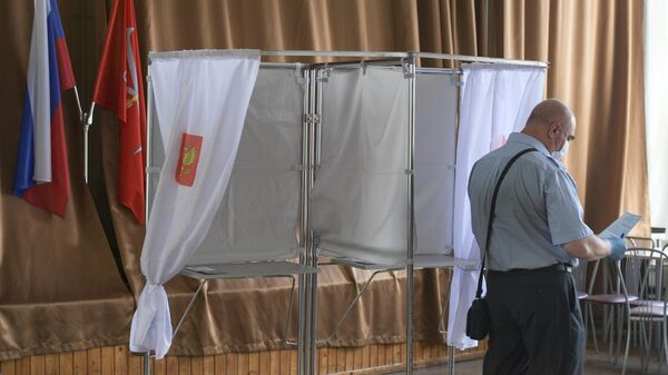 Мужчина на избирательном участке в Санкт-Петербурге во время голосования по внесению поправок в Конституцию РФ
