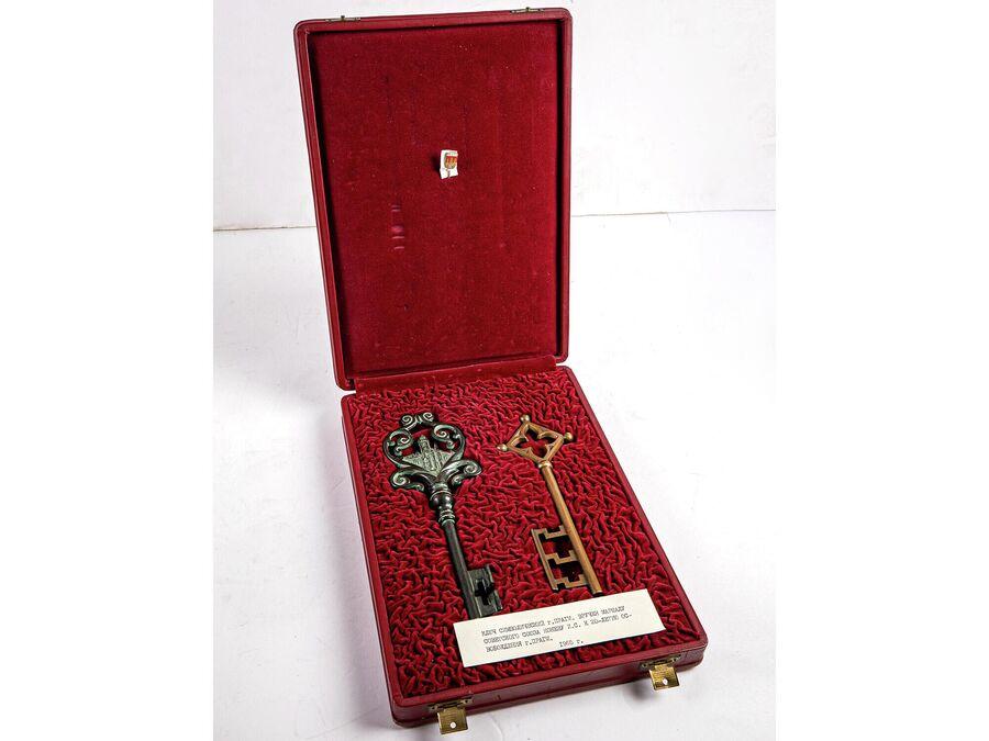 Символические ключи от Праги, врученные в 1965 году жителями города маршалу Советского Союза И. С. Коневу в связи с 20-летием освобождения Чехословакии от фашизма