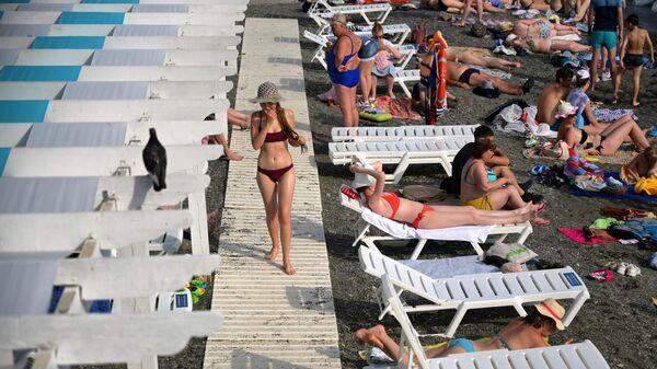 Отдыхающие на пляже Цирк в Сочи