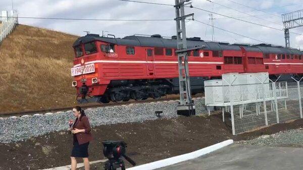 Первые грузовые поезда на Крымском мосту