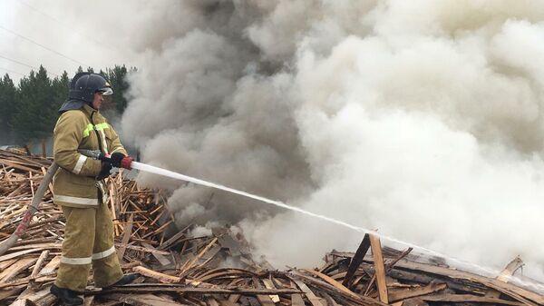 Сотрудники МЧС во время ликвидации пожара на деревообрабатывающем предприятии в Красноярском крае