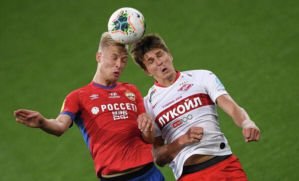 Игрок ЦСКА Хёрдур Магнуссон (слева) и игрок Спартака Александр Соболев