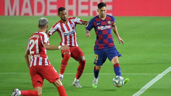 Игровой момент матча Барселона - Атлетико