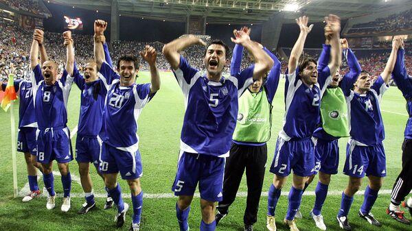 Футболисты сборной Греции празднуют выход в финал чемпионата Европы-2004