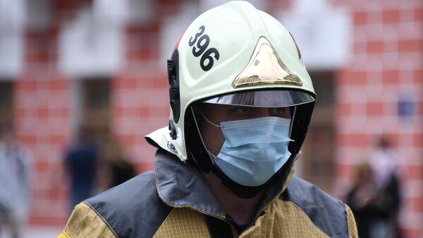 Пожарный недалеко от горящего здания на Тверской улице в Москве