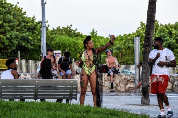 Девушка делает селфи на пляже в Майами, Флорида