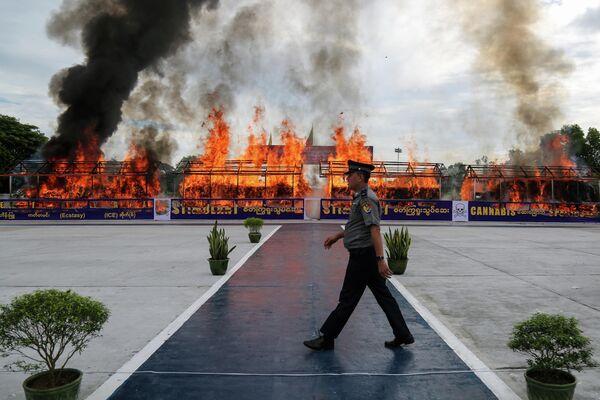 Сожжение крупной партии конфискованных наркотиков в Международный день борьбы с употреблением наркотических средств и их незаконным оборотом в городе Янгон