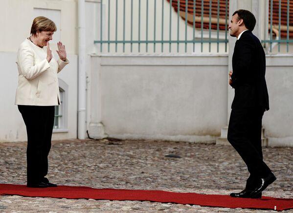 Канцлер Германии Ангела Меркель и президент Франции Эммануэль Макрон во время встречи в Мезеберге, Германия
