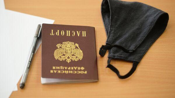 Предметы на парте ученика перед началом единого государственного экзамена в школе № 208 в Екатеринбурге