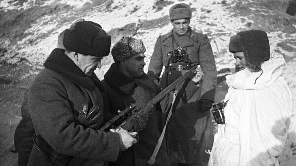 Командующий 62-ой армии Василий Иванович Чуйков осматривает боевое оружие снайпера Василия Зайцева
