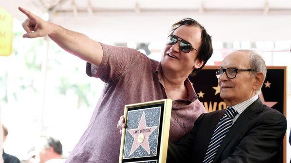 Итальянский композитор Эннио Морриконе с режиссером Квентином Тарантино во время церемонии вручения Морриконе звезды на Голливудской Аллее Славы в Лос-Анджелесе. 2016 год