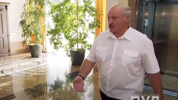 Лукашенко вышел к журналистам без обуви. Скриншот из видео