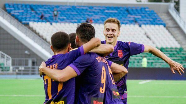 Футболисты Уфы празднуют гол в матче Российской премьер-лиги с Уралом
