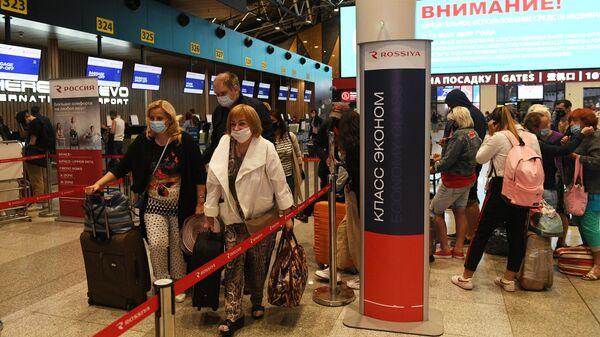 Пассажиры в очереди к стойке регистрации авиакомпании Россия в Международном аэропорту Шереметьево