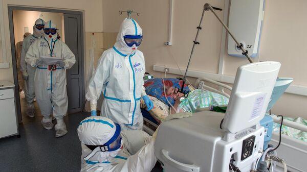 Медицинские работники Тверской областной клинической больницы в палате с коронавирусными больными