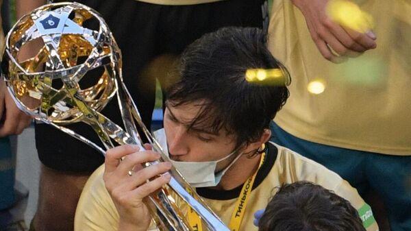 Игрок Зенита Сердар Азмун на церемонии вручения кубка чемпионов России.