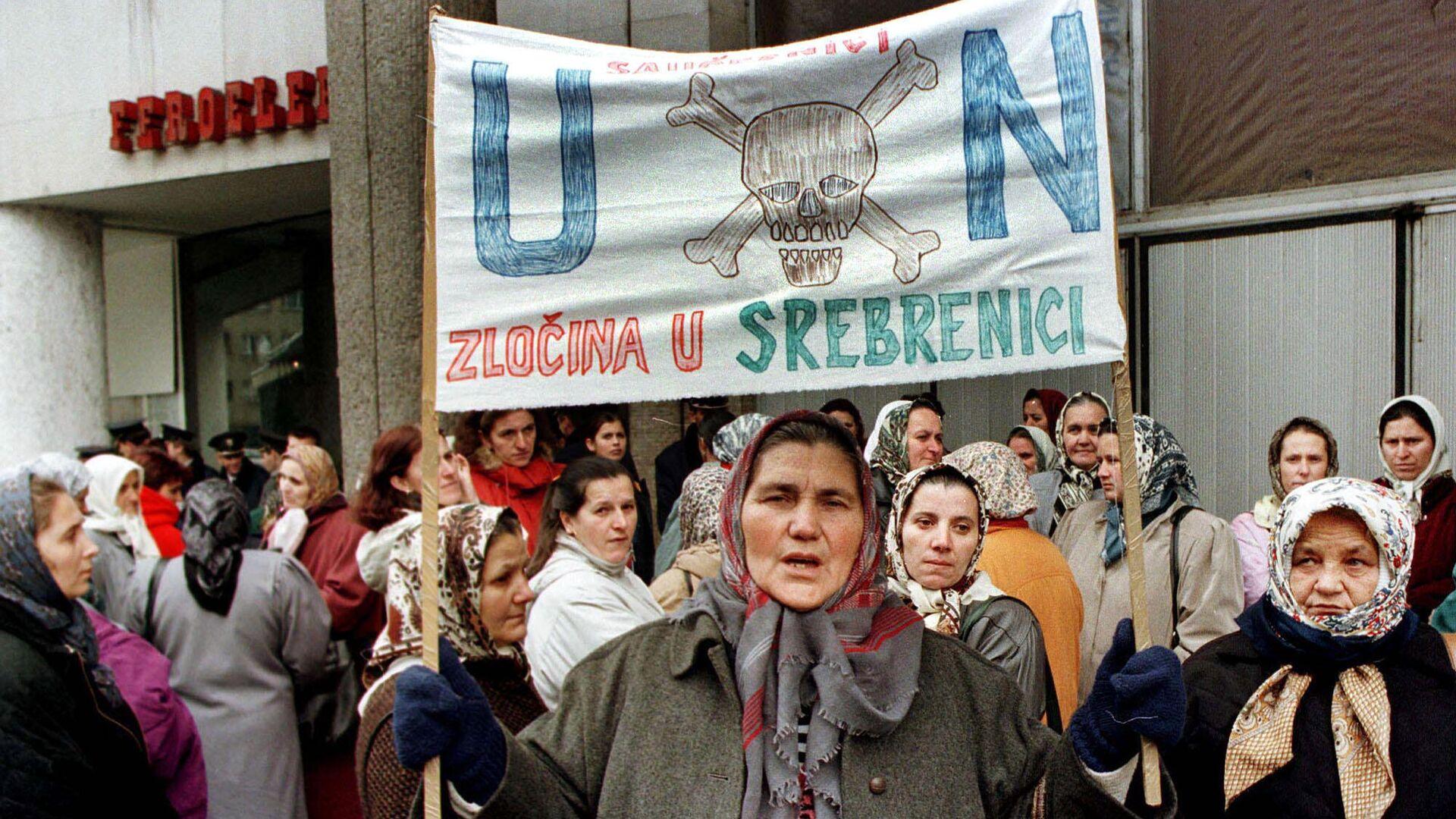 Протесты выживших после резни в Сребренице  - РИА Новости, 1920, 11.07.2020