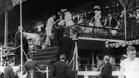 Королева Великобритании Александра вручает золотую медаль американскому легкоатлету Ральфу Роузу на Олимпийских играх 1908 года в Лондоне