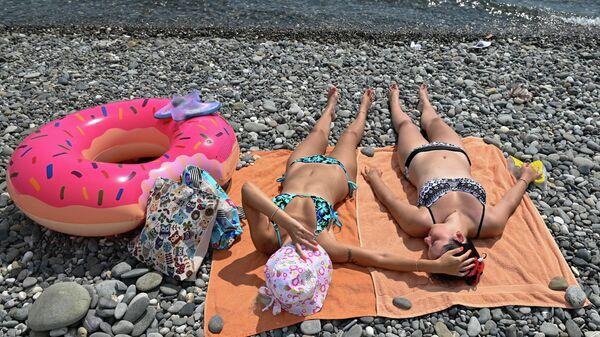 Отдыхающие на пляже Имеретинской низменности в Адлерском районе города Сочи