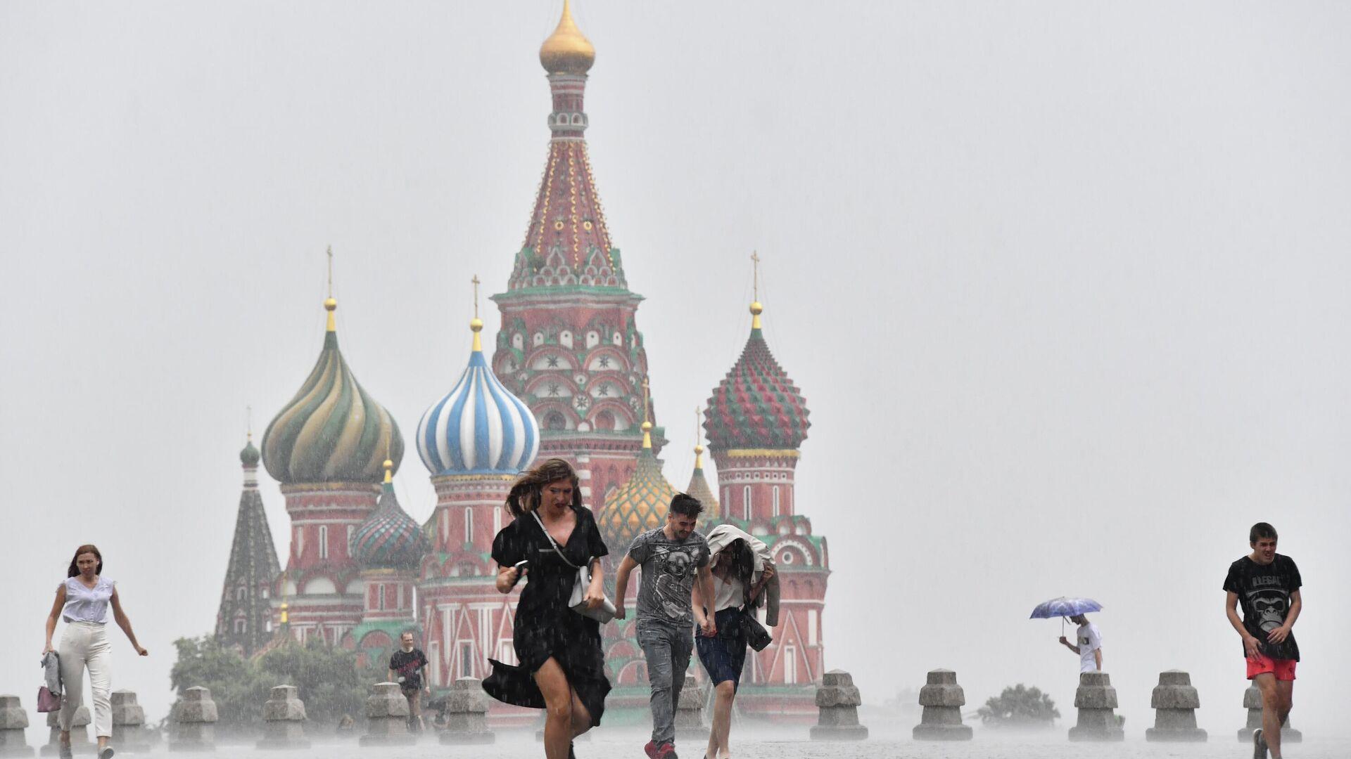 Люди во время дождя в Москве - РИА Новости, 1920, 14.06.2021