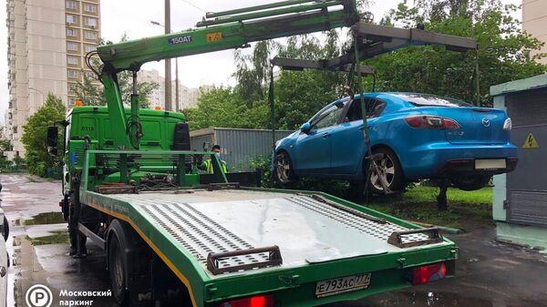 Эвакуация автомобиля, владелец которого имеет долги по штрафам на сумму порядка 400 тысяч рублей