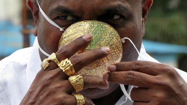 Шанкар Кураде в защитной маске из золота в индийском городе Пуна