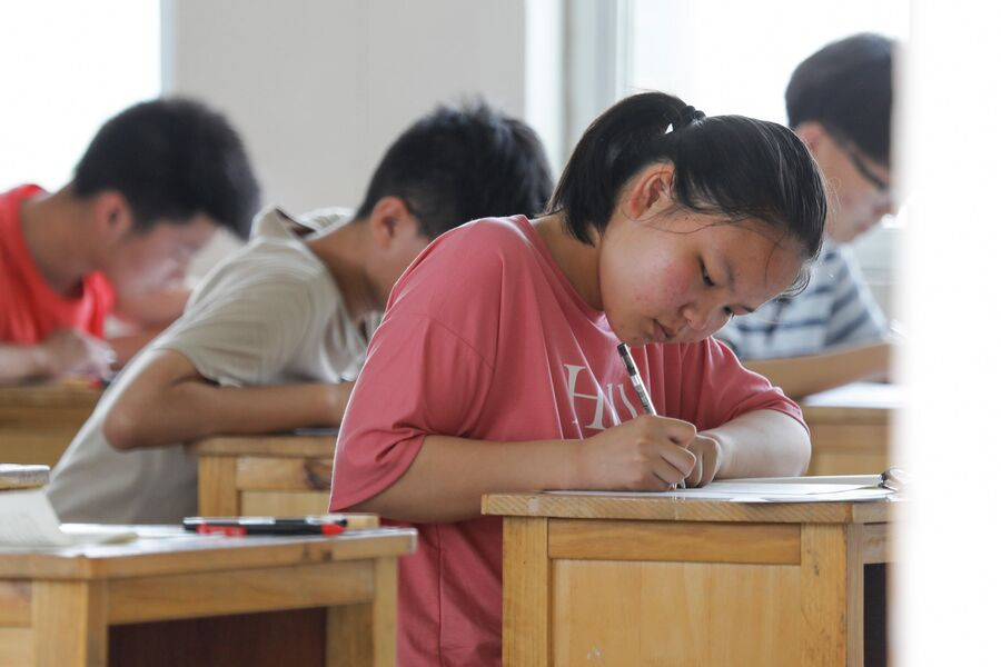 Китайские школьники во время экзамена