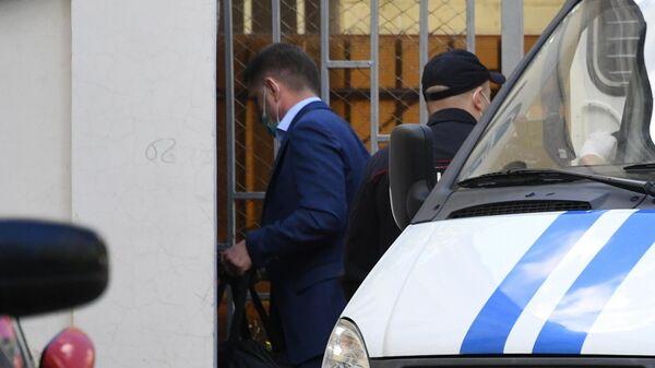 Сотрудники полиции конвоируют задержанного губернатора Хабаровского края Сергея Фургала в здание Басманного суда в Москве