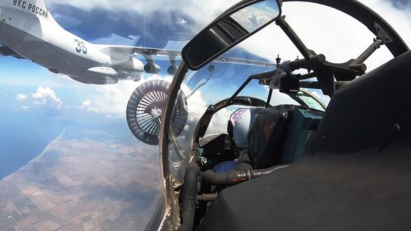 Дозаправка истребителя Су-30СМ в небе над Крымом