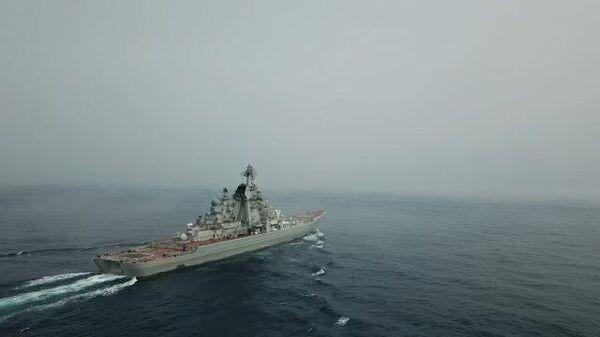 Кадры учений крейсера Петр Великий в Баренцевом море