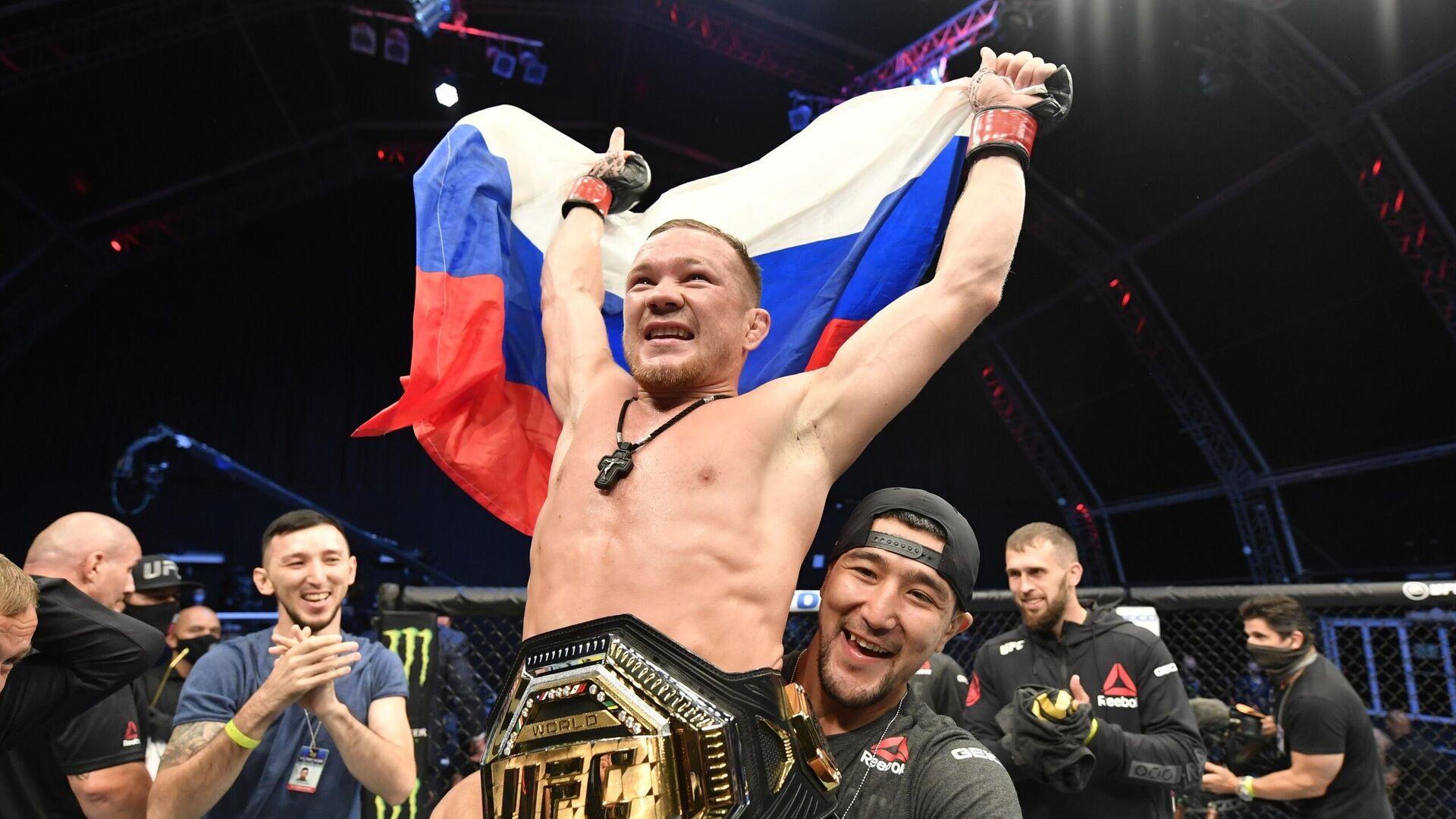 Петр Ян с поясом чемпиона UFC в легчайшем весе - РИА Новости, 1920, 05.03.2021