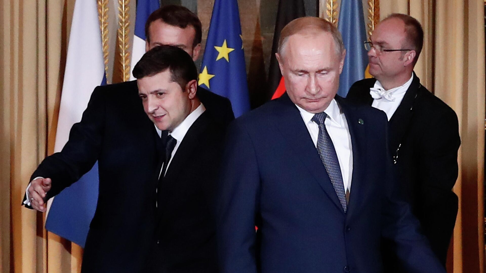Президент России Владимир Путин (справа) и президент Украины Владимир Зеленский на саммите в Париже - РИА Новости, 1920, 28.04.2021