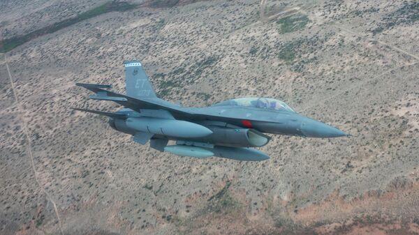 Истребитель ВВС США F-16 заходит на посадку на авиабазе Холломен в штате Нью-Мексико, США