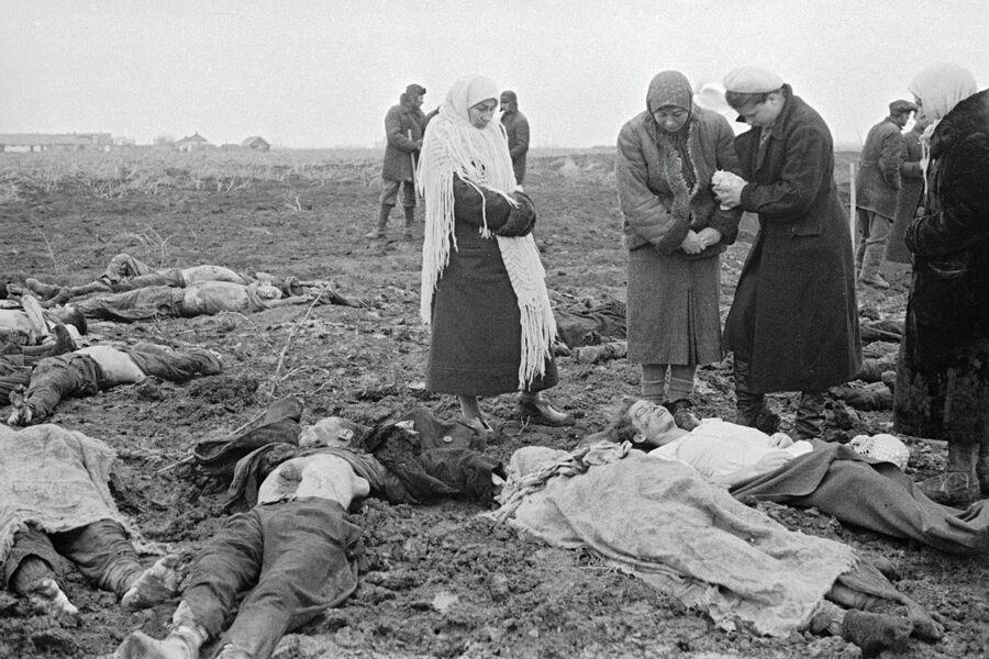 Багеровский противотанковый ров близ Керчи. Местные жители оплакивают убитых немцами людей — мирных жителей: женщин, детей, стариков